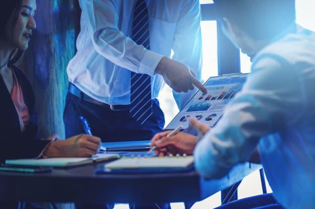 Homens de negócio discutem indicadores