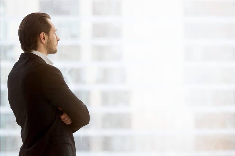Homem refletindo sobre o seu perfil de investidor