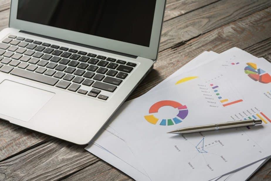 notebook e gráficos financeiros