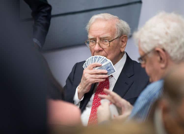 Buffett jogando cartas no evento da Berkshire em 2016