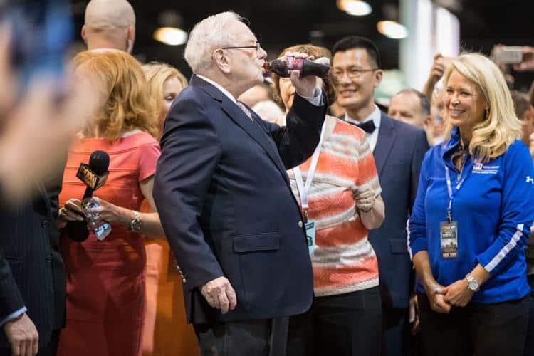 Warren e sua coca de cereja preferida no evento da Berkshire em 2017