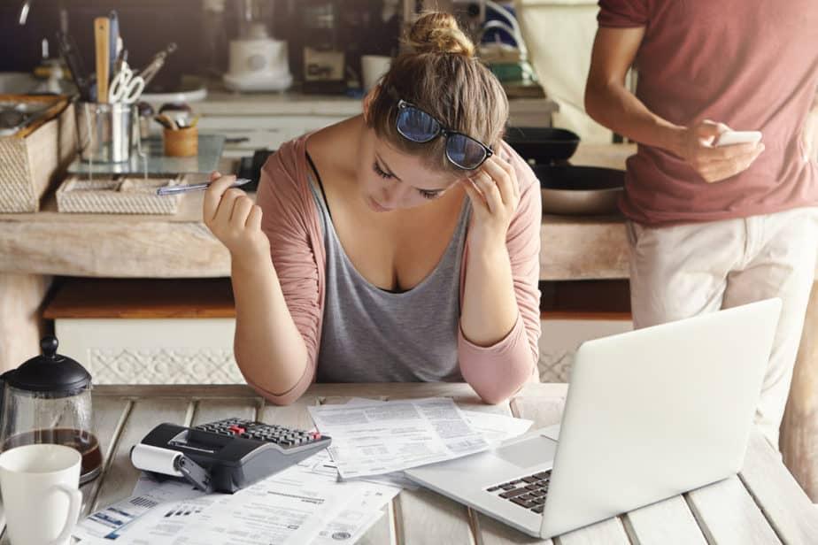 Mulher calculando os custos