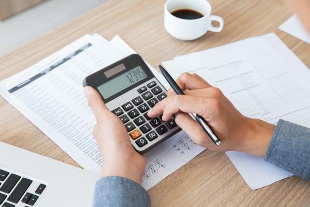Homem usando a calculadora