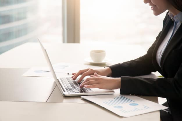 Executiva acompanha notícias relacionadas ao mercado financeiro e analisa indicadores