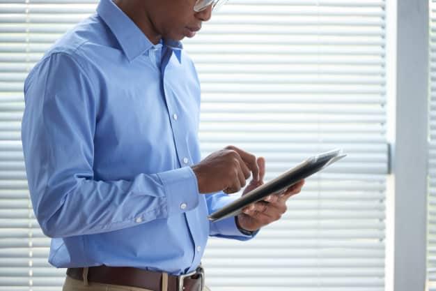Investidor acompanha notícias e acontecimentos do mercado financeiro em seu tablet